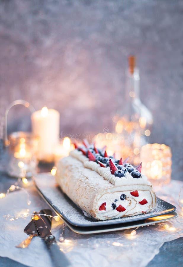 Pastel de merengue con crema y bayas frescas foto de archivo libre de regalías