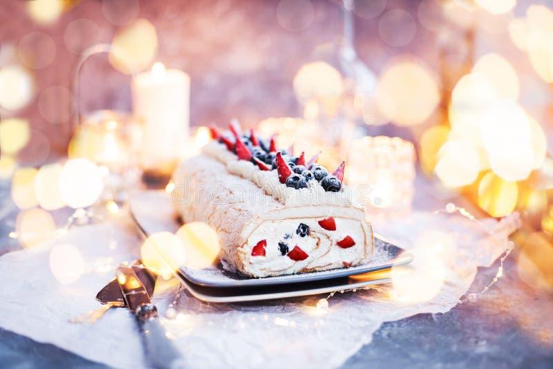 Pastel de merengue con crema y bayas frescas fotos de archivo libres de regalías