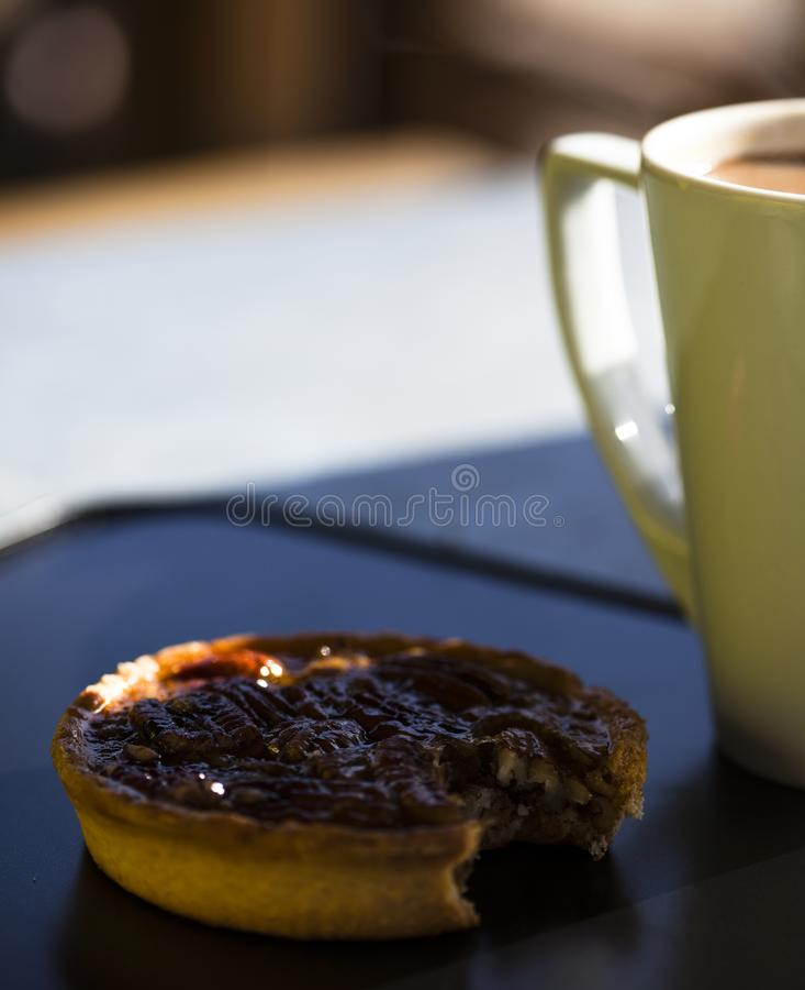 Pastel de pacanas de la hora de comer y café fuerte fotos de archivo