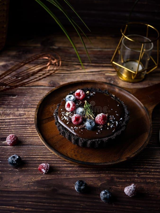 Pastel de queso agrio del chocolate con las bayas frescas Postre delicioso imágenes de archivo libres de regalías