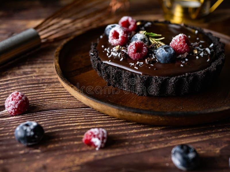 Pastel de queso agrio del chocolate con las bayas frescas Postre delicioso fotos de archivo libres de regalías