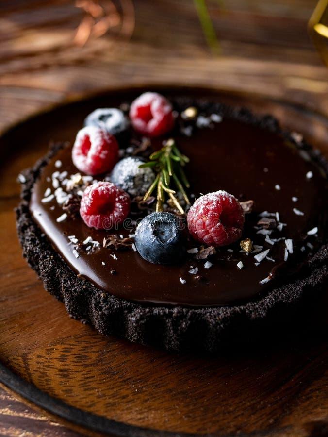 Pastel de queso agrio del chocolate con las bayas frescas Postre delicioso imagen de archivo