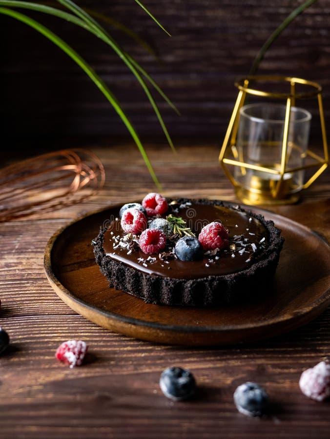 Pastel de queso agrio del chocolate con las bayas frescas Postre delicioso imagen de archivo libre de regalías