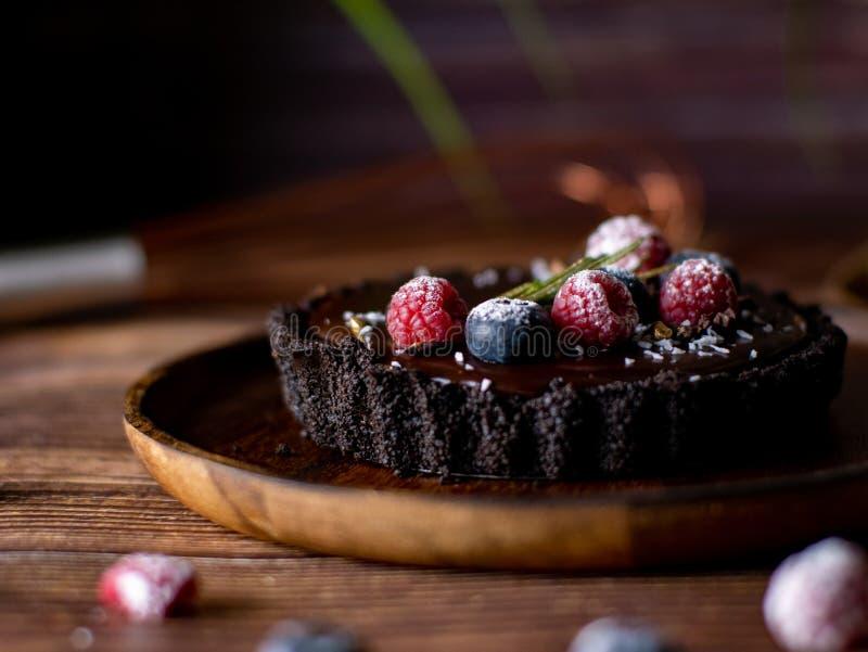 Pastel de queso agrio del chocolate con las bayas frescas Postre delicioso fotos de archivo