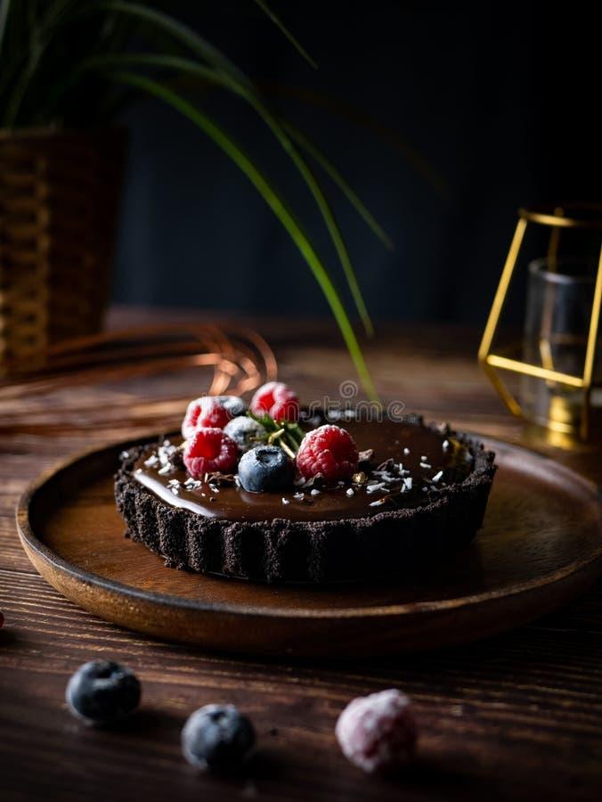 Pastel de queso agrio del chocolate con las bayas frescas Postre delicioso foto de archivo