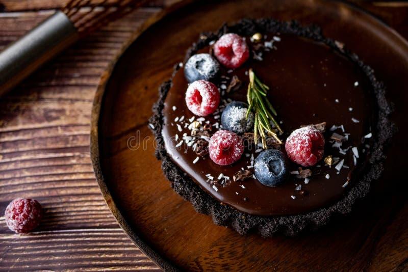 Pastel de queso agrio del chocolate con las bayas frescas Postre delicioso fotografía de archivo