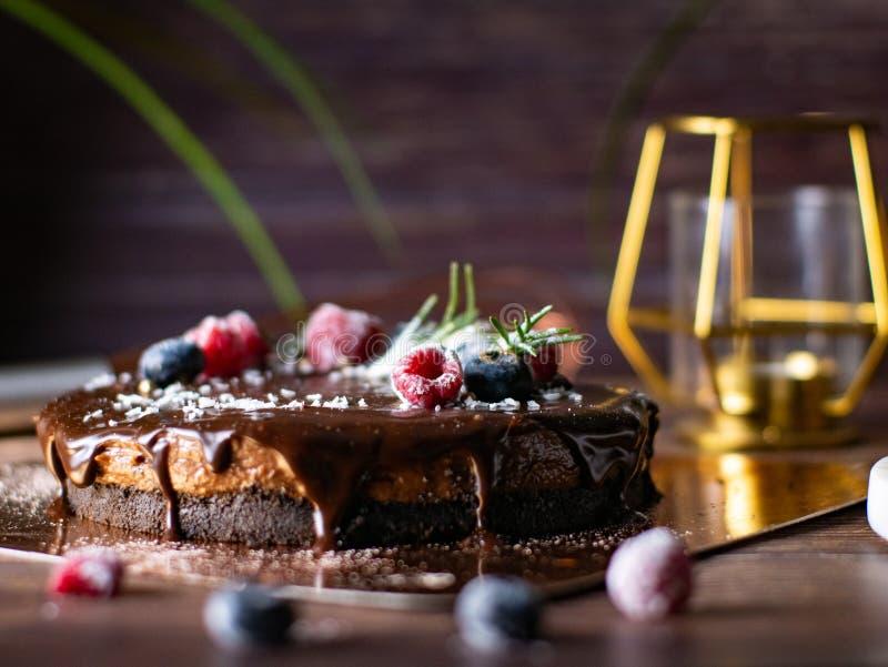 Pastel de queso agrio de la crema del chocolate con las bayas frescas de delicioso foto de archivo libre de regalías