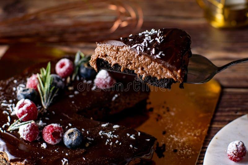 Pastel de queso agrio de la crema del chocolate con las bayas frescas de delicioso fotos de archivo libres de regalías