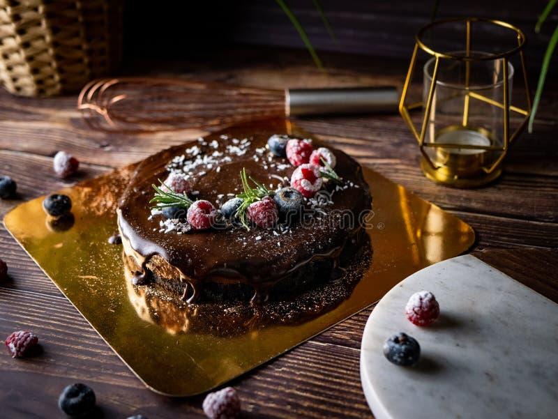 Pastel de queso agrio de la crema del chocolate con las bayas frescas de delicioso fotos de archivo
