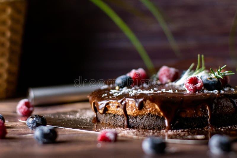 Pastel de queso agrio de la crema del chocolate con las bayas frescas de delicioso imagen de archivo