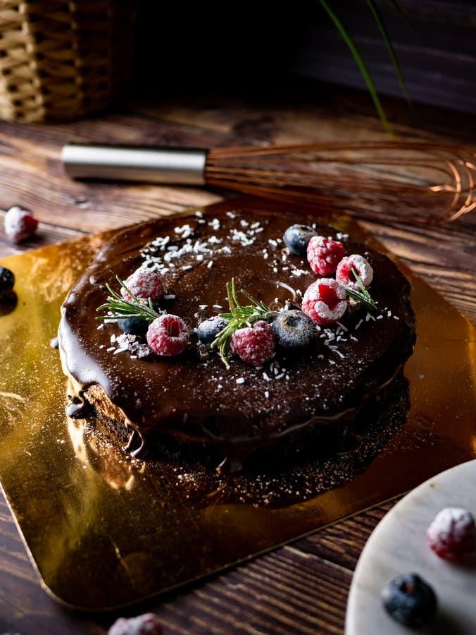 Pastel de queso agrio de la crema del chocolate con las bayas frescas de delicioso imagen de archivo libre de regalías