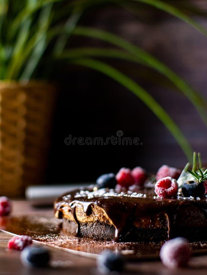 Pastel de queso agrio de la crema del chocolate con las bayas frescas postre delicioso para el cumpleaños fotos de archivo libres de regalías