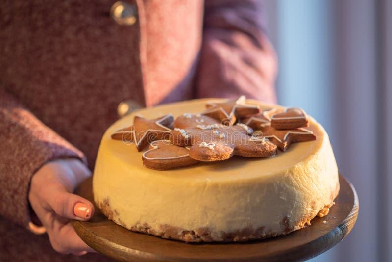 Pastel de queso anaranjado de la Navidad con mascarpone Receta tradicional de la torta del invierno del pastel de queso festivo d fotografía de archivo