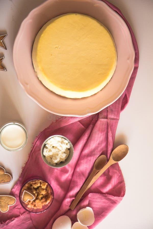 Pastel de queso anaranjado de la Navidad con mascarpone Receta tradicional de la torta del invierno del pastel de queso festivo d fotos de archivo libres de regalías