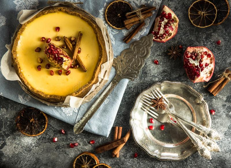 Pastel de queso anaranjado de la Navidad con mascarpone Receta tradicional de la torta del invierno del pastel de queso festivo d fotografía de archivo libre de regalías