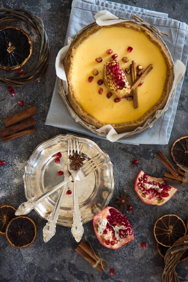Pastel de queso anaranjado de la Navidad con mascarpone Receta tradicional de la torta del invierno del pastel de queso festivo d foto de archivo