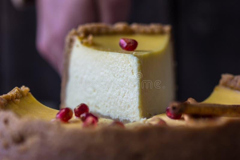 Pastel de queso anaranjado de la Navidad con mascarpone Receta tradicional de la torta del invierno del pastel de queso festivo d imagen de archivo libre de regalías