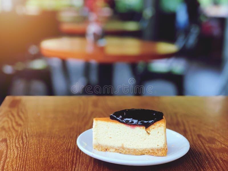 Pastel de queso azul de la frambuesa en la tabla de madera imagenes de archivo