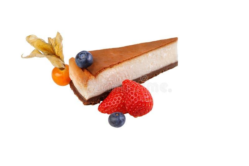 Pastel de queso clásico con las bayas frescas aisladas en el fondo blanco Postre orgánico sano Pastel de queso con los arándanos  foto de archivo