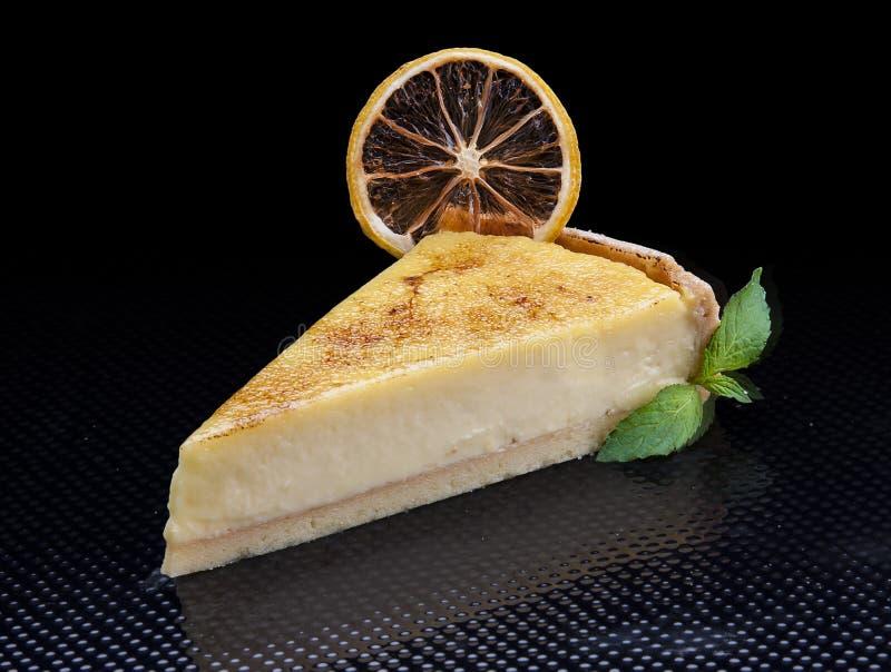 Pastel de queso clásico en un fondo negro imagen de archivo libre de regalías
