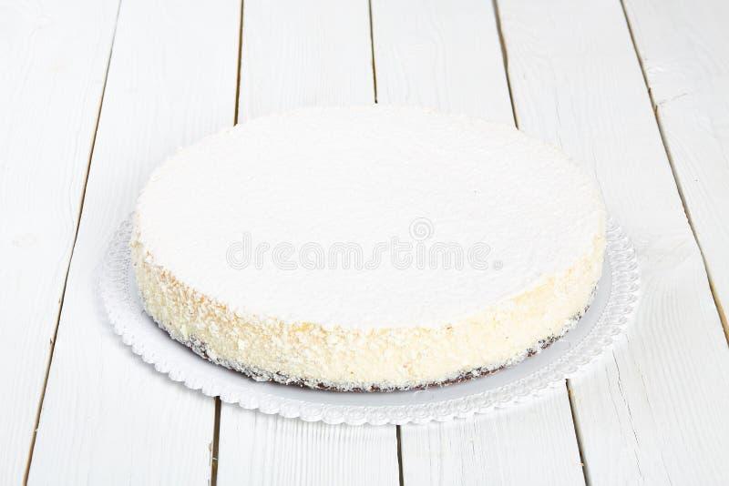 Pastel de queso clásico en una tabla de madera blanca imagen de archivo
