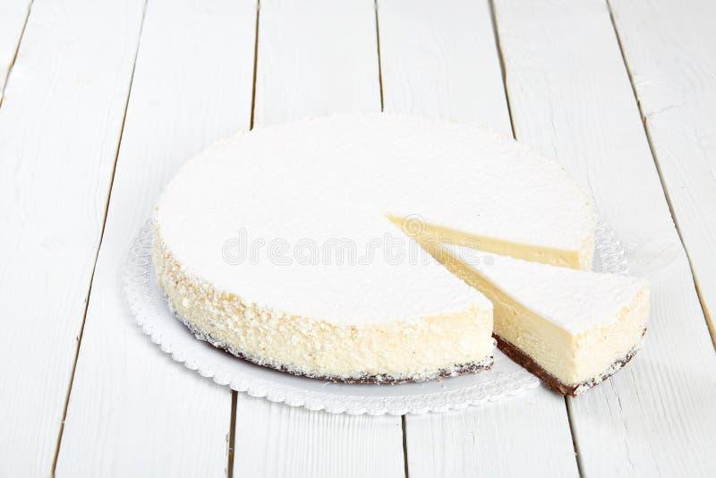 Pastel de queso clásico en una tabla de madera blanca fotografía de archivo libre de regalías