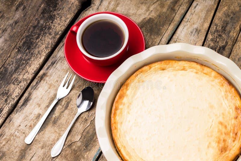 Pastel de queso cocido en el molde para pasteles con la taza de té fotos de archivo