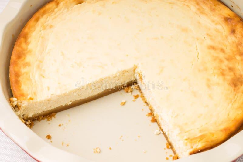 Pastel de queso cocido fresco con el corte del pedazo fotos de archivo libres de regalías