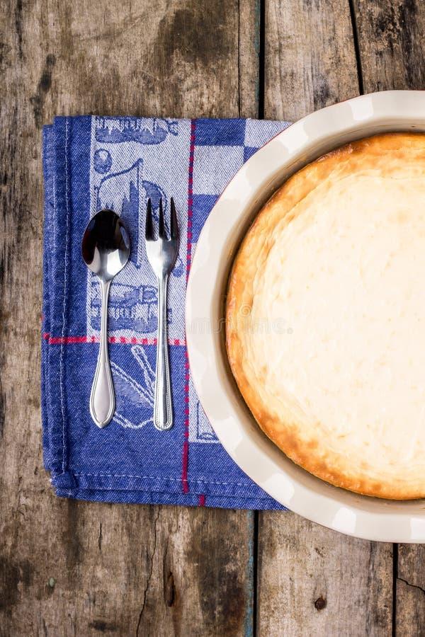 Pastel de queso cocido fresco en la tabla de madera foto de archivo