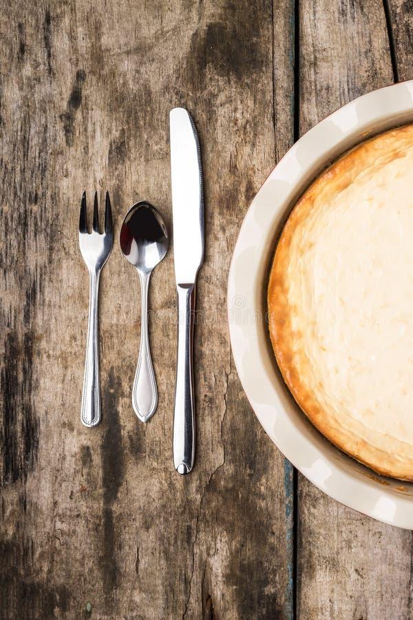 Pastel de queso cocido fresco en la tabla de madera fotografía de archivo libre de regalías