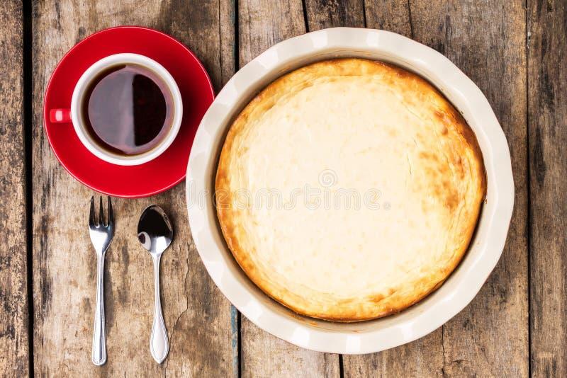 Pastel de queso cocido fresco en la tabla de madera imagen de archivo