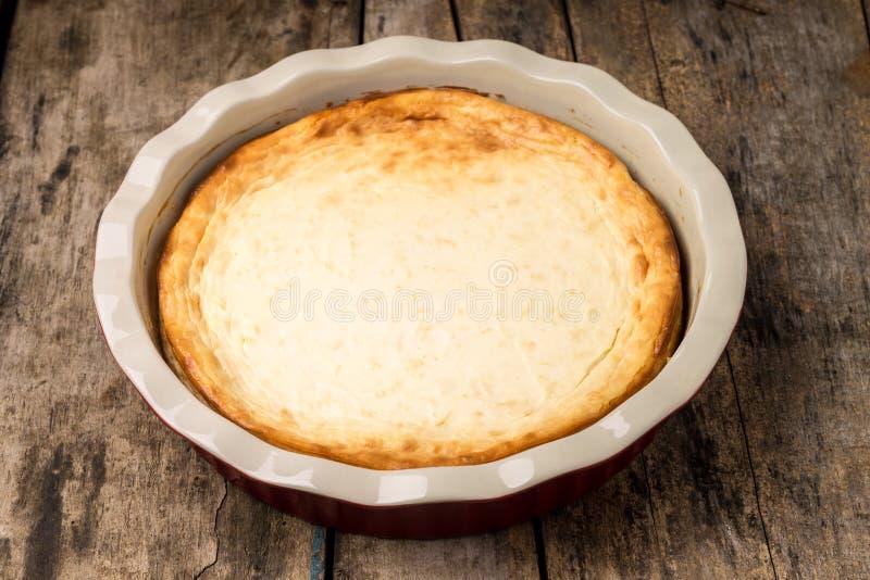 Pastel de queso cocido fresco en la tabla de madera fotos de archivo libres de regalías