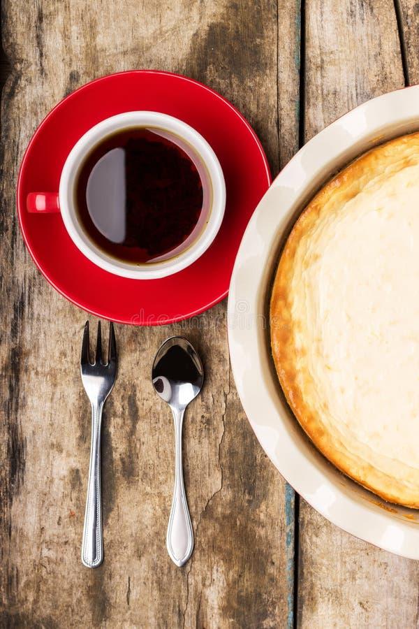 Pastel de queso cocido fresco en la tabla de madera imágenes de archivo libres de regalías