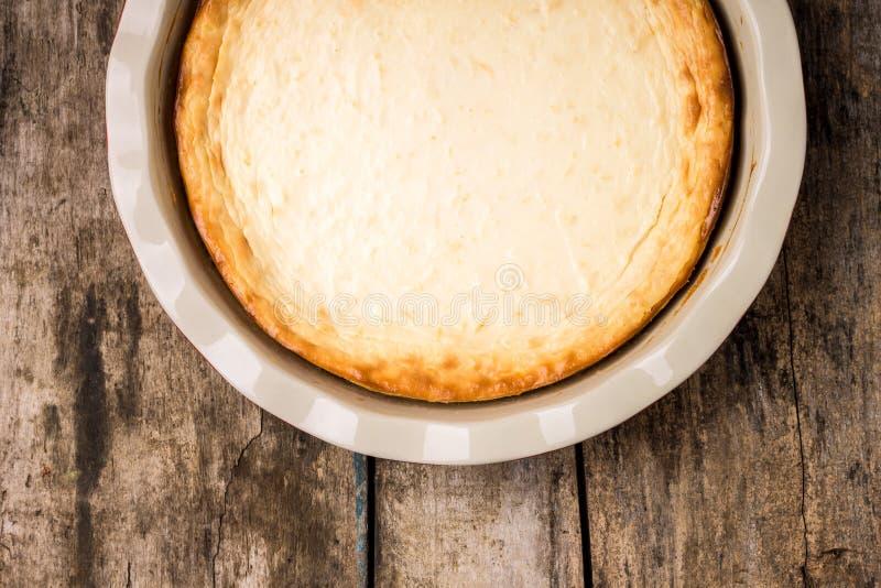 Pastel de queso cocido fresco en la tabla de madera imagenes de archivo