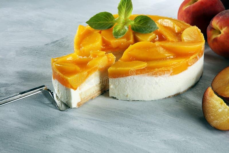 Pastel de queso con el peache Torta poner crema hecha en casa con los melocotones imagen de archivo libre de regalías