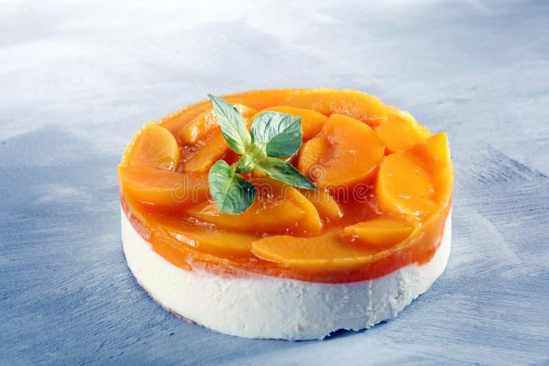 Pastel de queso con el peache Torta poner crema hecha en casa con los melocotones fotografía de archivo libre de regalías