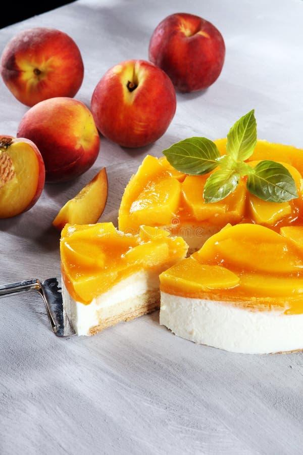 Pastel de queso con el peache Torta poner crema hecha en casa con los melocotones imagen de archivo