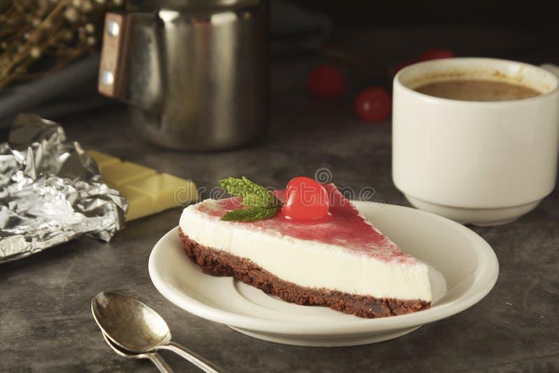 Pastel de queso con la cereza en fondo oscuro Torta hecha en casa, postre fotografía de archivo