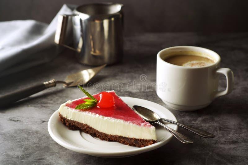 Pastel de queso con la cereza en fondo oscuro Torta hecha en casa, postre imagenes de archivo