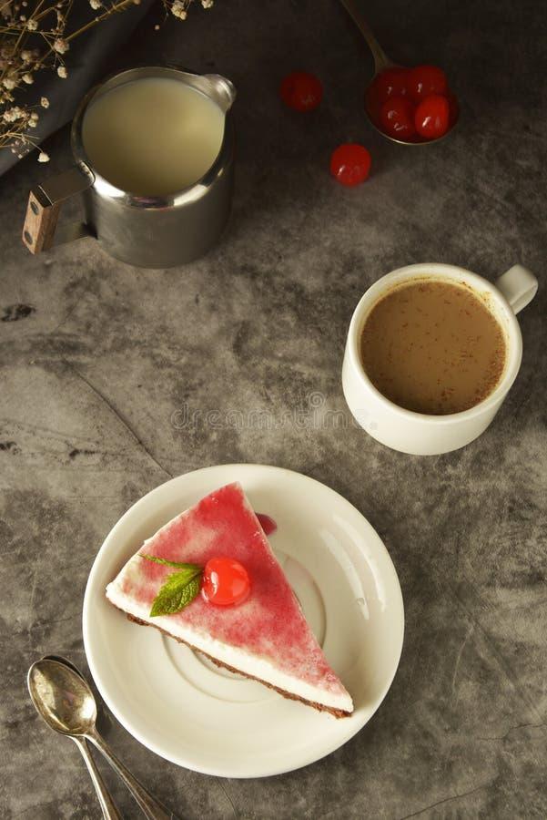Pastel de queso con la cereza en fondo oscuro Torta hecha en casa, postre imágenes de archivo libres de regalías