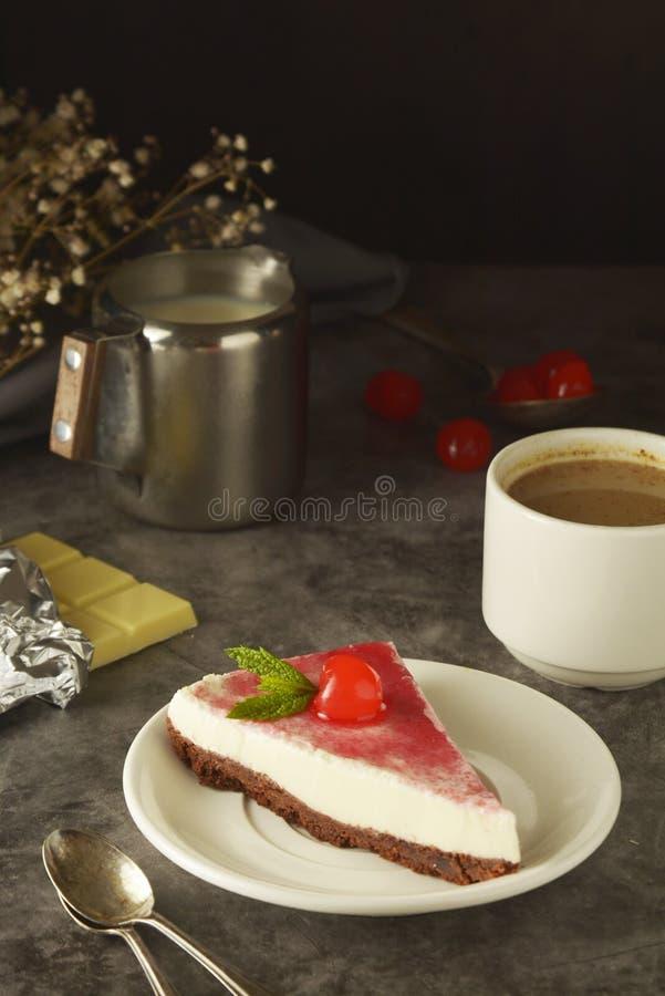 Pastel de queso con la cereza en fondo oscuro Torta hecha en casa, postre foto de archivo