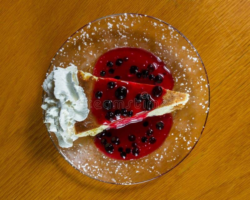 Pastel de queso con la salsa del arándano fotografía de archivo libre de regalías