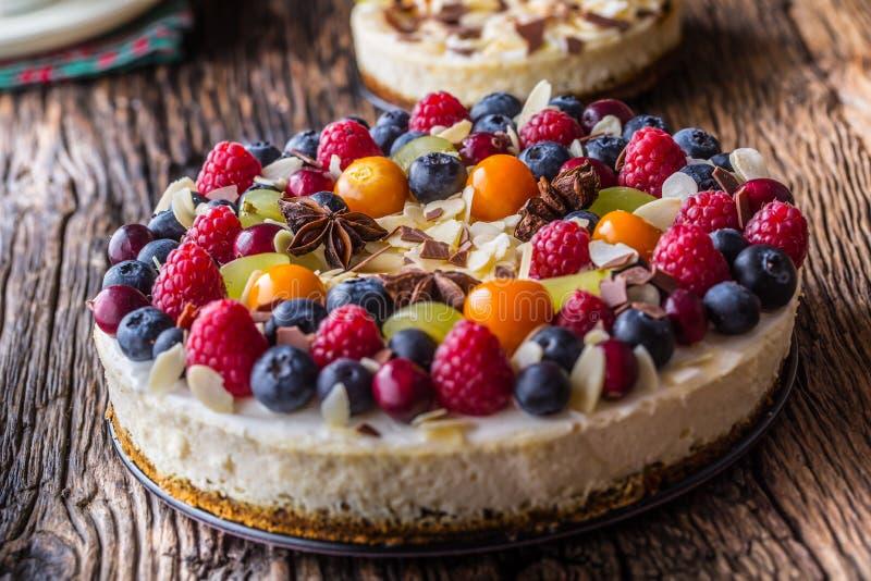 Pastel de queso con las frambuesas de las fresas de las bayas de la fruta fresca y imagen de archivo libre de regalías