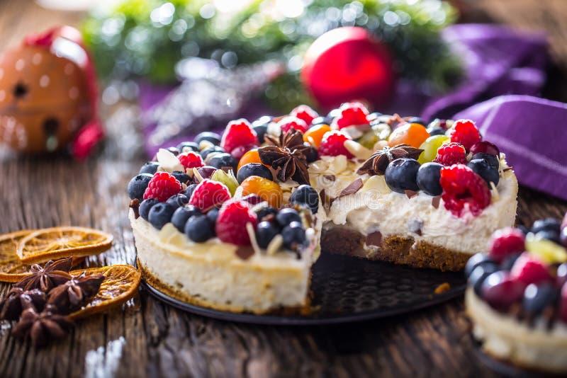 Pastel de queso con las frambuesas de las fresas de las bayas de la fruta fresca y fotos de archivo libres de regalías