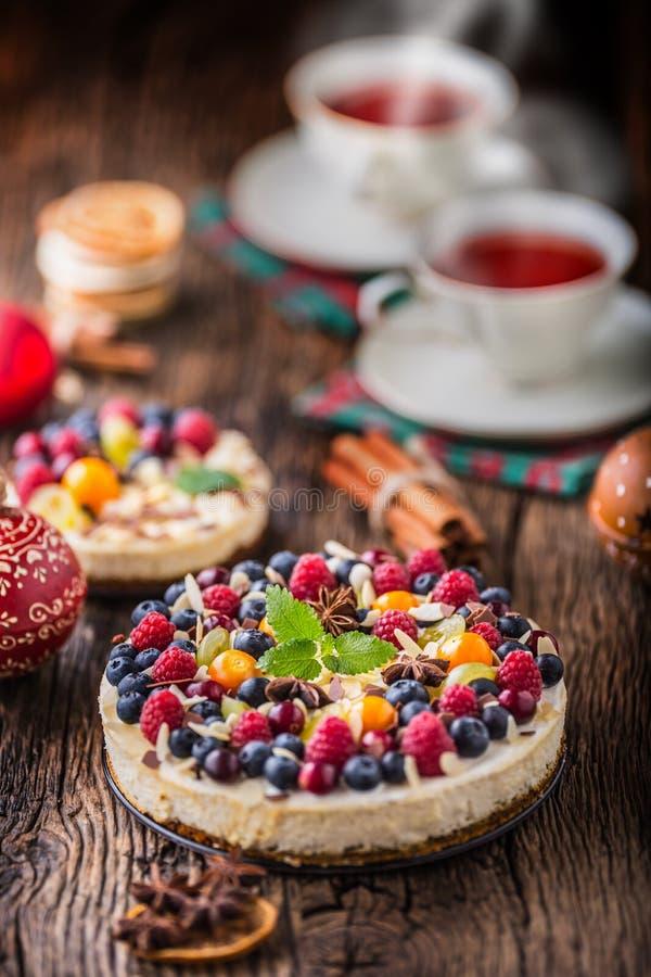 Pastel de queso con las frambuesas de las fresas de las bayas de la fruta fresca y imágenes de archivo libres de regalías