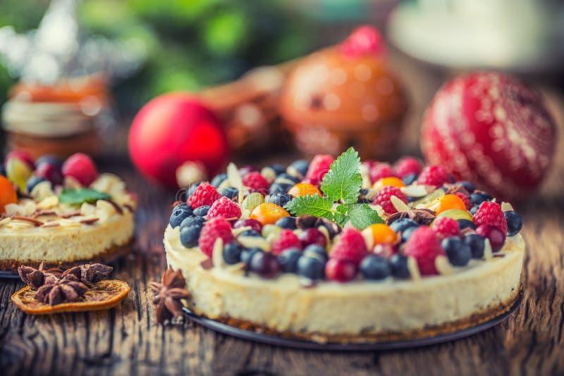Pastel de queso con las frambuesas de las fresas de las bayas de la fruta fresca y fotografía de archivo libre de regalías