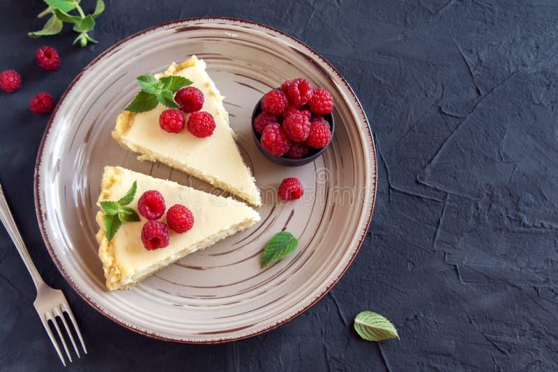 Pastel de queso con las frambuesas frescas foto de archivo