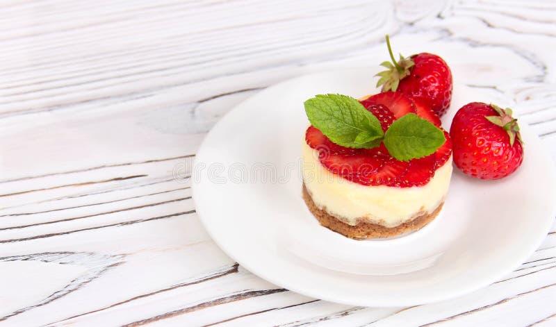 Pastel de queso con las fresas fotos de archivo libres de regalías