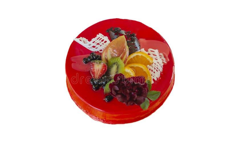 Pastel de queso con las fresas frescas y la menta aisladas en el fondo blanco fotografía de archivo