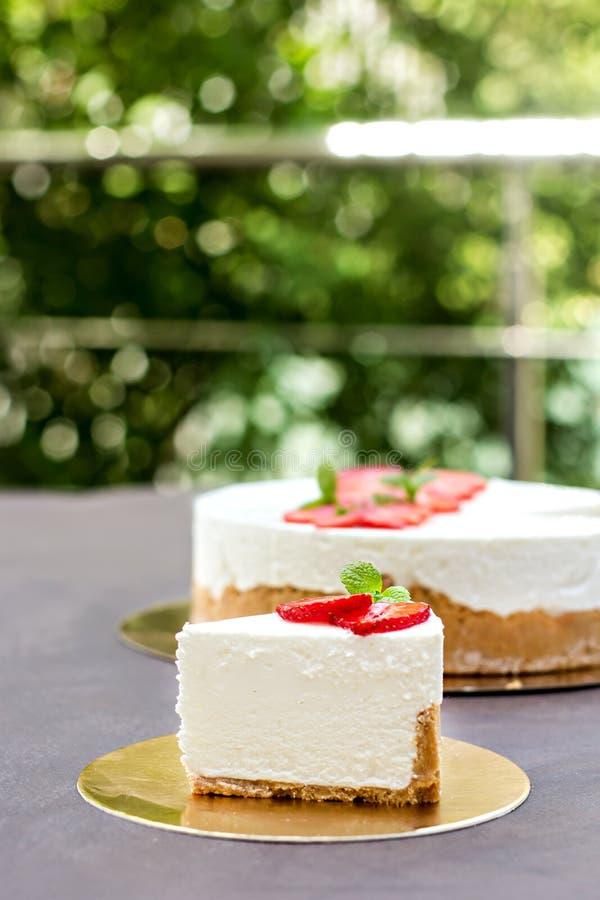 Pastel de queso con las fresas Torta adornada con las fresas imagenes de archivo